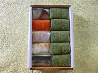 5種類のネタが2個ずつ入っています。左上から鯖・鮭・鯛・穴子、 そして、一番下があぶり秋刀魚です。